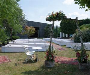 Tische bei einer Veranstaltung im Außenbereich